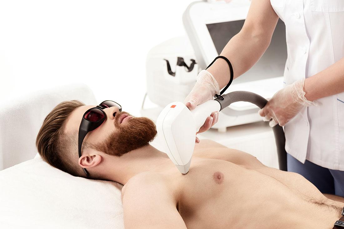 Mężczyzna podczas zabiegu kosmetycznego